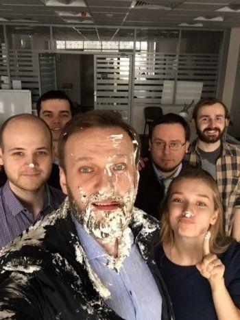 На Навального напали неизвестные с тортами