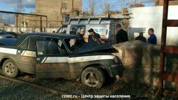 В Нижнем Тагиле «Волга» на скорости влетела в бетонную опору