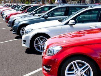 Продажи легковых автомобилей в РФ упали почти на 38%