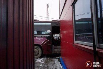 В Ревде рейсовый автобус протаранил торговый центр