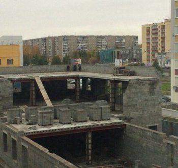 Недостроенное здание в Нижнем Тагиле стало детской площадкой. «Ребёнок слетит, вот ору будет!»