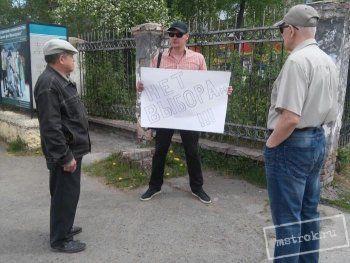Организатор тагильского митинга «Он нам не Димон» решил заменить массовую акцию одиночным пикетом, участники перессорились. АН «Между строк» объясняет, что происходит