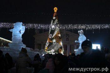 Праздничная иллюминация стоимостью 12 млн. рублей озарила Театральную площадь