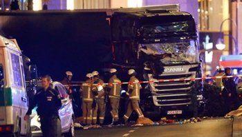 В Берлине после наезда грузовика на рождественскую ярмарку скончались 12 человек