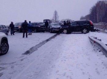 Под Нижним Тагилом в массовом ДТП разбились восемь машин