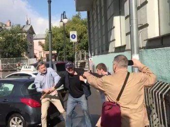 Глава SERB Гоша Тарасевич подрался с адвокатом Ильёй Новиковым у дома Бориса Немцова (ВИДЕО)