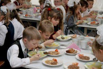 Более 130 сотрудников школьных столовых Нижнего Тагила пожаловались Носову в открытом письме на грядущую «революцию» в организации питания детей. «Построить школьный Макдональдс не получится»