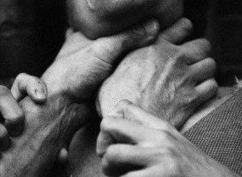 Сын пытался задушить собственную мать ради наркотиков