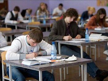 Рособрнадзор утвердил критерии оценки сочинений выпускников и разрешил им пользоваться словарём