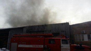 В Кольцово горит кровля склада