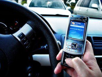 СМС за рулём может дорого обойтись. Повысить штрафы за набор СМС во время движения авто предложили в  Совете Федерации