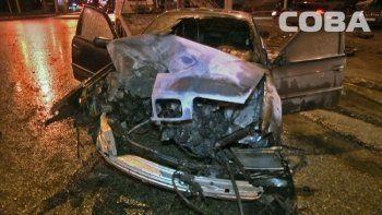 В Екатеринбурге от удара в столб загорелась BMW (ВИДЕО)