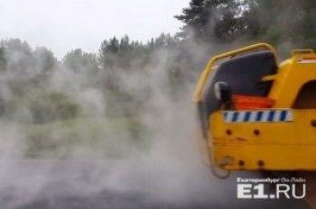 Дождь не помеха! Рабочие укладывают асфальт на Серовском тракте