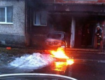 Полтергейст. В Свердловской области горящая «Лада Приора» сама поехала и врезалась в жилой дом (ФОТО, ВИДЕО)