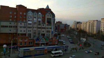 В Томске спрыгнувшего с горящего балкона школьника поймали с помощью баннера (ВИДЕО)