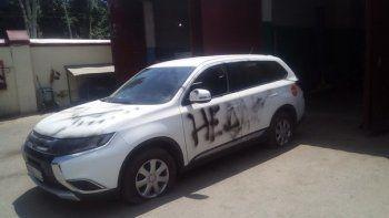 Координатору ростовского штаба Навального разрисовали автомобиль и проткнули шины