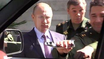 Генерал оторвал ручку УАЗ «Патриот», показывая технику Путину