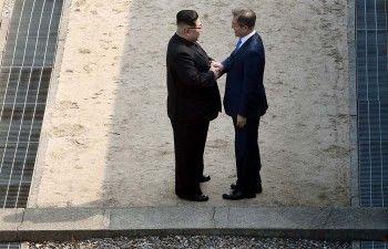 Лидеры КНДР и Южной Кореи пожали друг другу руки на демаркационной линии