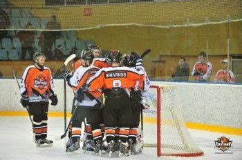Хоккеисты «Спутника» сделали подарок к юбилею главного тренера