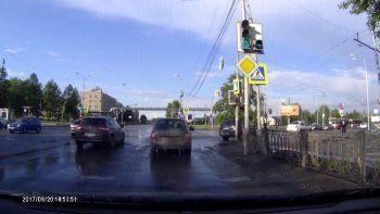 В Нижнем Тагиле сотрудник ГИБДД бросился под колёса машин, чтобы прикрыть кортеж Рогозина (ВИДЕО)