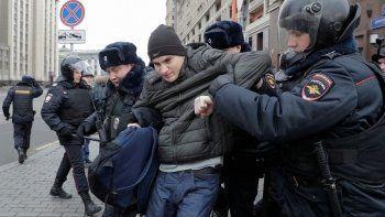 Полиция задержала более 300 человек в Москве и ещё шести городах