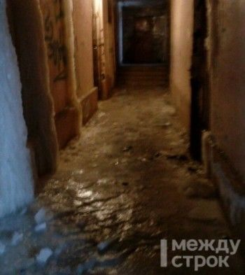 В Нижнем Тагиле жильцы общежития пожаловались на свисающие с потолка сосульки и ледяной пол (ВИДЕО)