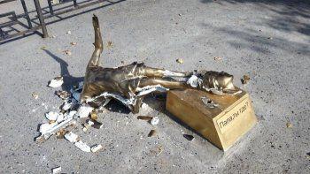 В Свердловской области установили памятник отцам, бросающим детей. Через сутки его уничтожили