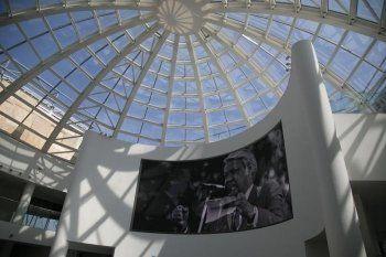 Вороны разбили камнями несколько стёкол Ельцин-центра