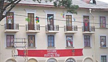 В Ростове-на-Дону на окнах аварийного дома нарисовали горожан, радующихся чемпионату мира