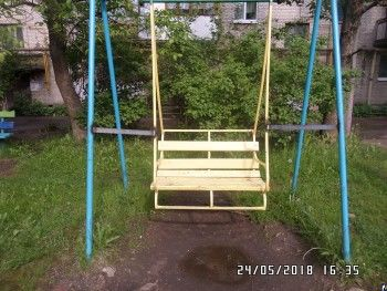 В городе Великие Луки после гибели 8-летнего мальчика заварили все качели