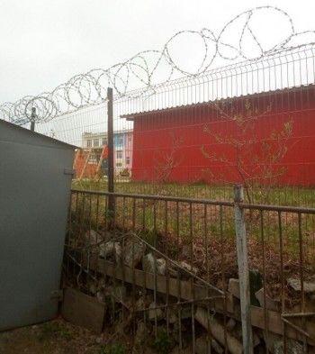 В Серове назабор детского сада натянули колючую проволоку