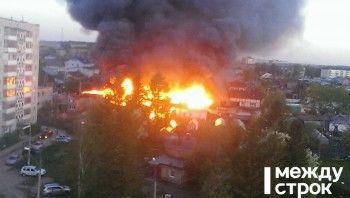 В частном секторе Нижнего Тагила горит несколько домов (ВИДЕО)