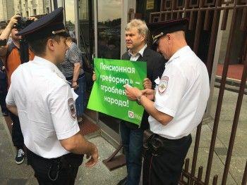 Возле Госдумы на пикете против повышения пенсионного возраста задержали Сергея Митрохина