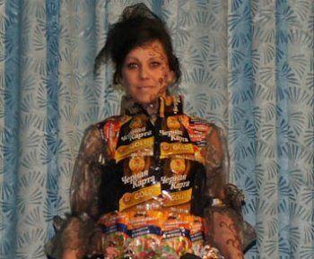 Платье из кофейных упаковок, катушек ниток и другие дизайнерские проекты женщин в ИК-6 (ФОТО)