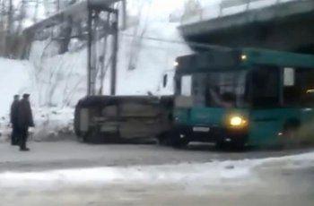 В Нижнем Тагиле в аварии с участием автобуса НТМК перевернулся автомобиль (ВИДЕО)