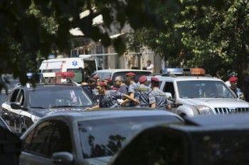 В столице Армении полиция подавила оппозиционный митинг, в столкновениях пострадали 50 человек