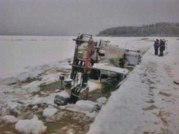 НаЛене под лёд провалились бензовоз снефтепродуктами испасавший его кран