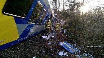 В Германии более 150 человек пострадали при лобовом столкновении поездов (ФОТО)