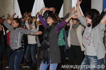 Волонтеры эстафеты Олимпийского огня разучили танец - флешмоб