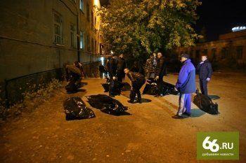Екатеринбургским похоронщикам пришлось нести трупы по улицам города