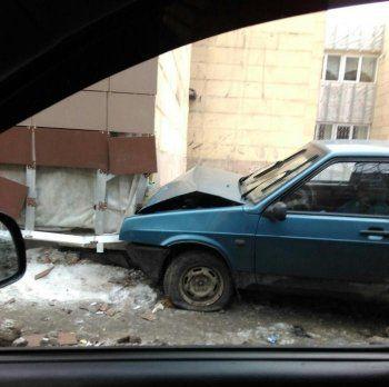 В Нижнем Тагиле ВАЗовская «девятка» врезалась в здание суда