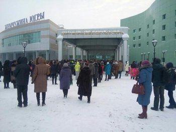 На церемонию прощания с погибшими в ХМАО детьми собрались тысячи человек