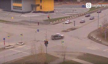Пытавшийся проскочить на жёлтый сигнал светофора Ford устроил аварию на Серова – Пархоменко (ВИДЕО)