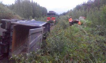 Свердловская ГИБДД назвала причины падения грузовика на железную дорогу