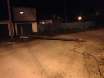 Жители Нижнего Тагила с июня жаловались на покосившийся после урагана столб. Через три месяца он упал
