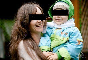 Жительница Омска сбросилась с девятого этажа с 8-летним сыном на руках