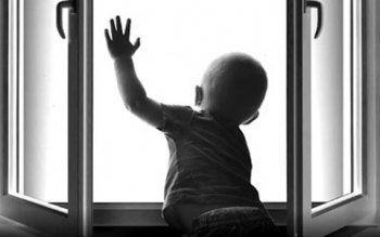 Ребёнку достаточно пары минут, чтобы «взломать» пластиковое окно