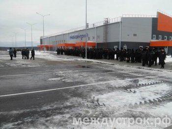 «Всё черным черно, подъезжают и подъезжают! Сейчас приземлится Путин?» В Нижний Тагил к спорткомплексу «Президентский» съехались сотни полицейских
