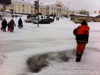 В Госдуме предлагают запретить использовать химреагенты на тротуарах