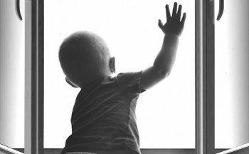 «Ребёнок в комнате – закрой окно!». АН «Между строк» присоединяется к флэшмобу #берегитедетей